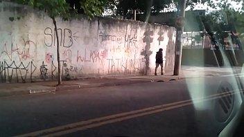rua moradora de Wife outdoors touched by black african boys