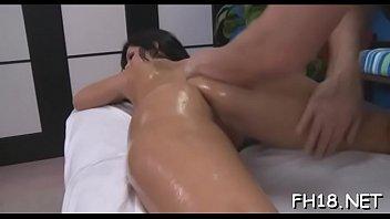 body pattaya the on massage A paja mirando joven