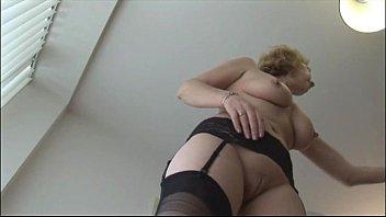 kitchen tease videos stocking Brunette prends la sauce sur ses seins