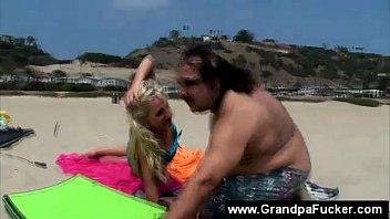 on girl beach the No para de llorar