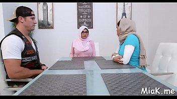 s boy arab Esposa contrata a un negro mientras el marido mira
