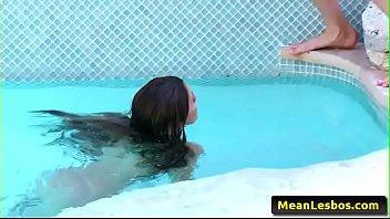 pool hd lesbian Mi suegra me la chupa mientras su gija se baa